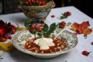 Nyponsoppa med macarons, eller makroner som de även kallas.