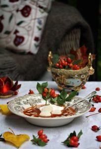 Recept på nyponsoppa med russin, mandel, grädde och makroner.