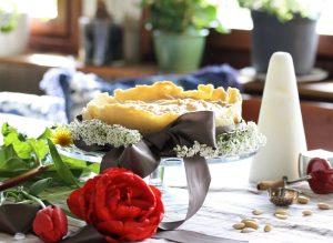 Rabarbertårta med mandelmördeg i botten och marängtäcke recept