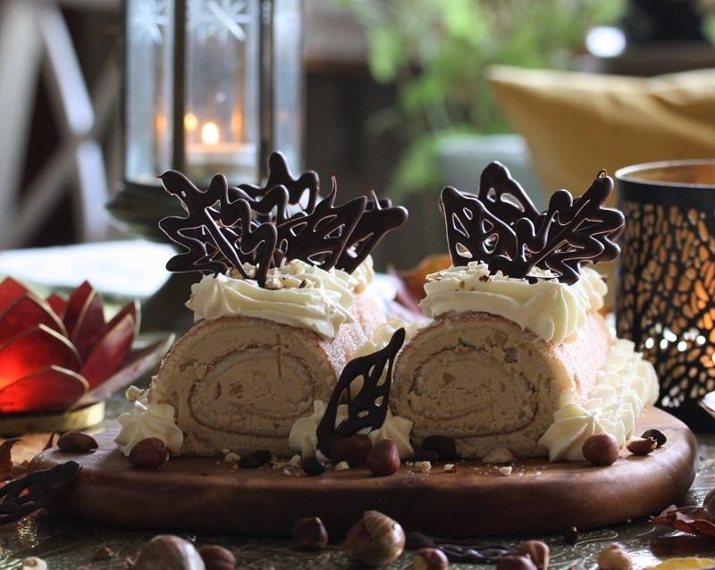 Mockafylld rulltårta med hasselnötter