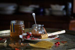 Recept på Nyponmärg, en blandning av honung och nyponpulver.