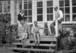 Fritz Nordén som barn. Sittandes i mitten. Charlottenborg, 1920-talet.