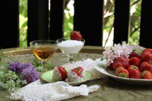 Jordgubbar doppade i konjak och socker recept