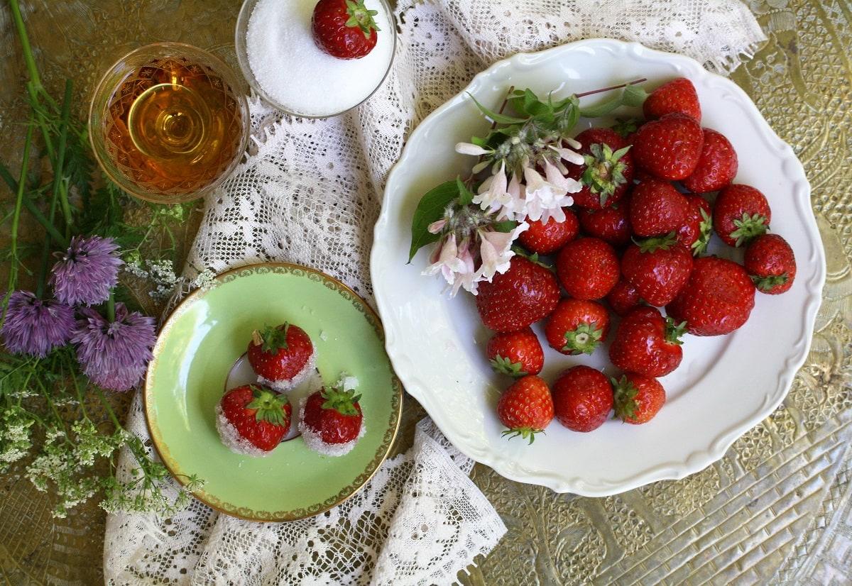 Jordgubbar doppade i konjak och socker