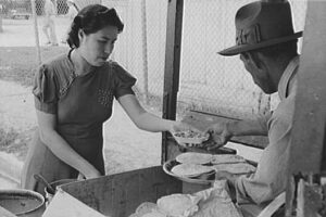 Chili Queen selling baked beans and tortillas, Texas 1939